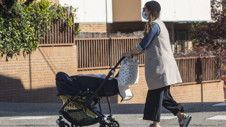 La duquesa de Suárez, una mamá estilosa (con sneakers de 500 euros) de compras por Madrid