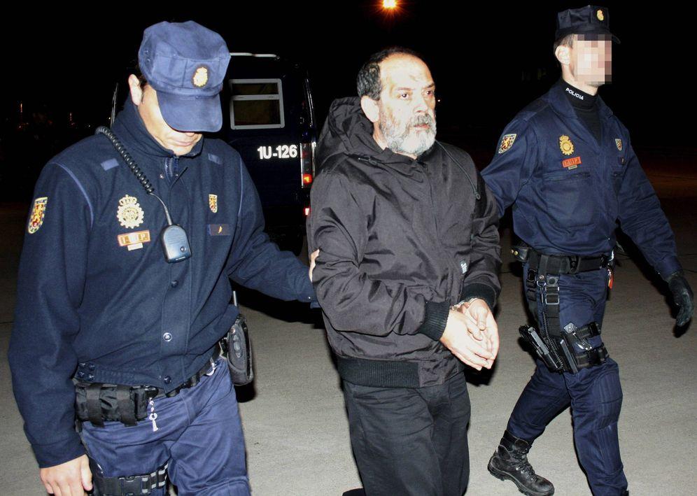 Foto: El etarra Ventura Tomé, detenido en Bruselas en octubre de 2011, tras su entrega a España (EFE)