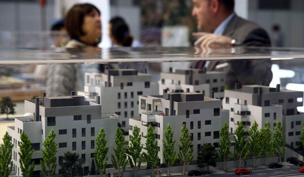 Foto: Unos visitantes recorren el salón inmobiliario Barcelona Meeting Point (BMP). (EFE)