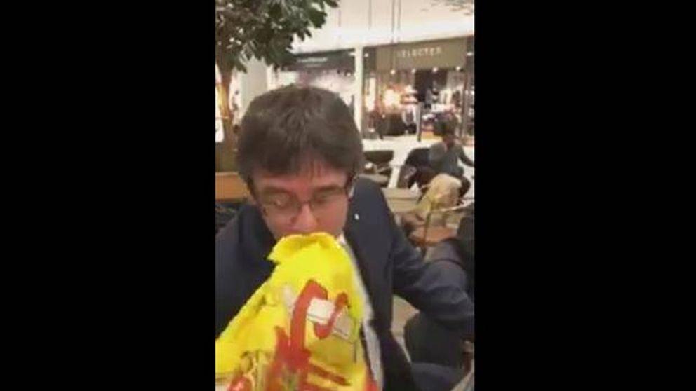 Puigdemont besa la bandera de España: No tengo ningún problema