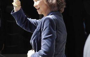 Foto: La Reina visita al Rey en el hospital