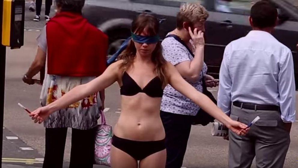 La mujer que se quedó en bragas en mitad de Londres por una buena causa
