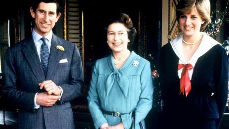 Carlos y Diana, junto a Isabel II. (Cordon Press)