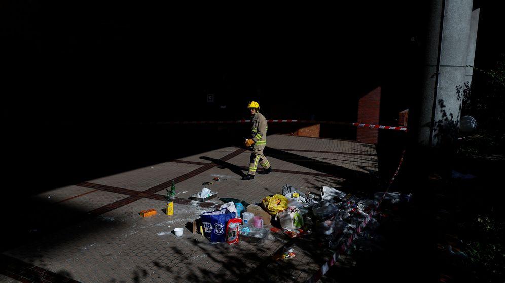 Foto: Un bombero examina los escombros dejados por los manifestantes en el campus de la Universidad Politécnica (Reuters)
