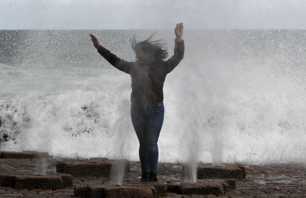 Foto: Un turista disfruta del oleaje en el Peine del Viento de San Sebastián. (EFE)