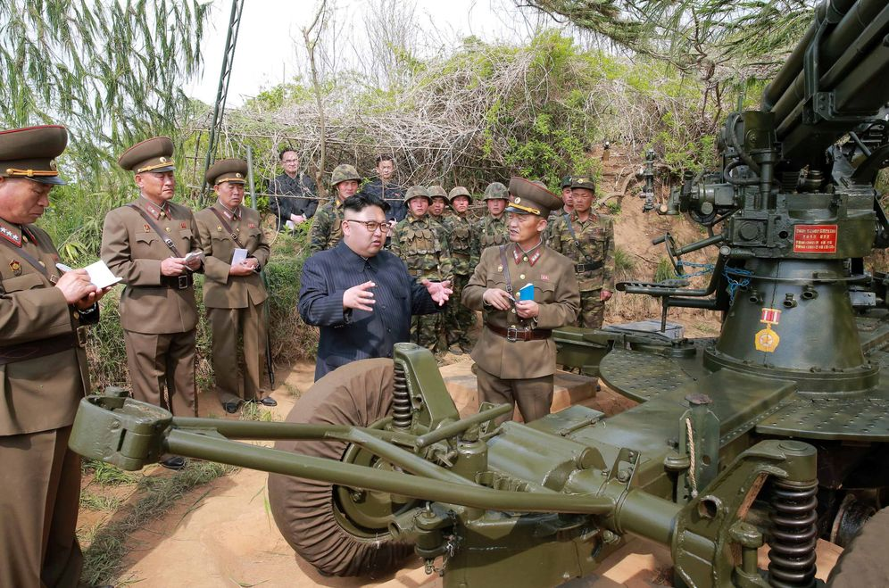Foto: El presidente norcoreano Kim Jong-un inspecciona las defensas en un islote al suroeste del país, en una imagen publicada por la agencia oficial KCNA el 5 de mayo de 2017. (Reuters)