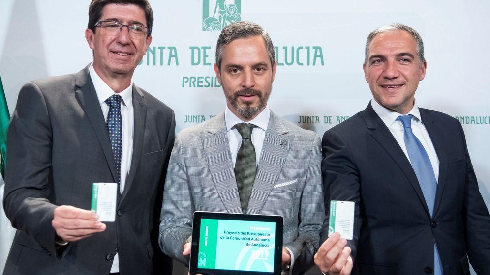 Foto: El consejero de Hacienda, Juan Bravo; el vicepresidente andaluz, Juan Marín; y el consejero de Presidencia, Elias Bendodo, presentando los Presupuestos. (EFE)