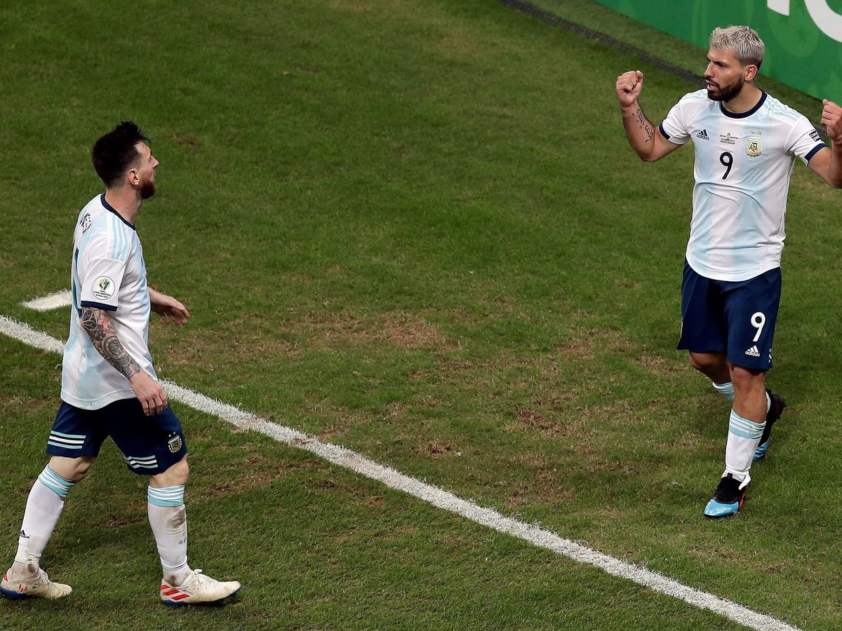 Foto: El Kun Agüero celebra un gol junto a Leo Messi con Argentina. (EFE)