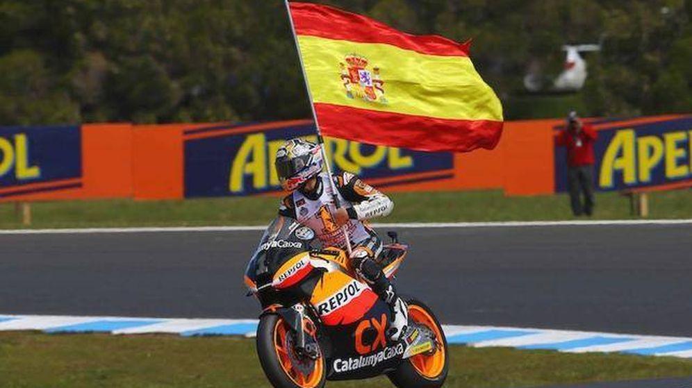 Foto: Marc Márquez ondea la bandera de España. (EFE)