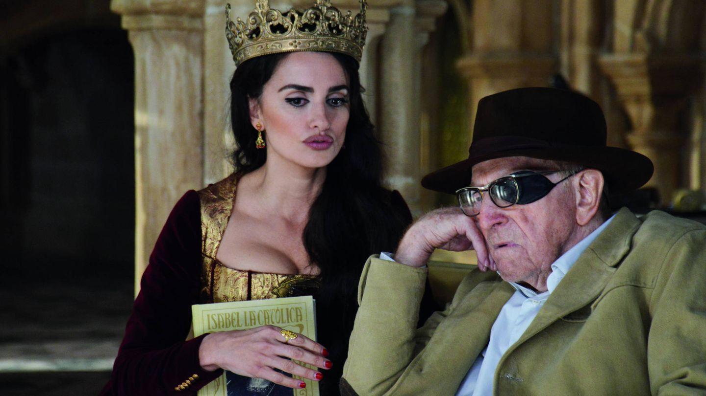 Penélope Cruz y Clive Revill, en un fotograma de la película.