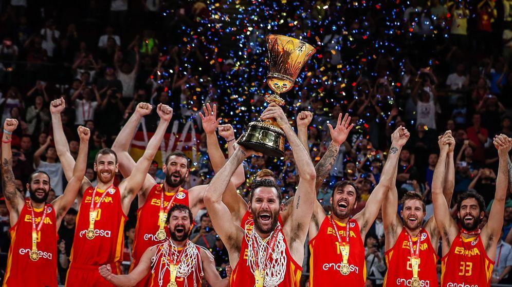 Foto: La Selección española de baloncesto alzando el trofeo de campeones del mundo. (EFE)