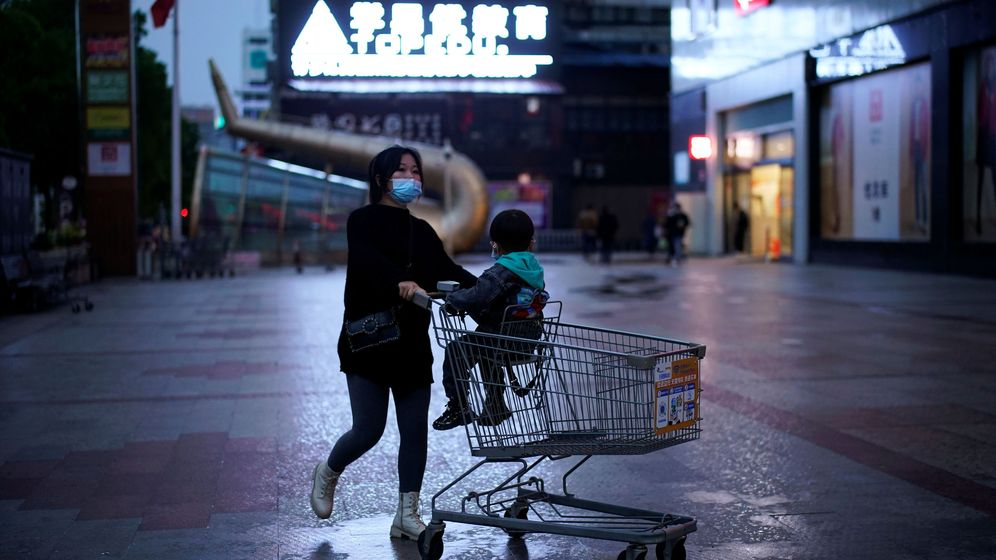 Foto: una mujer con su hijo en un centro comercial de Hubei. (Reuters)