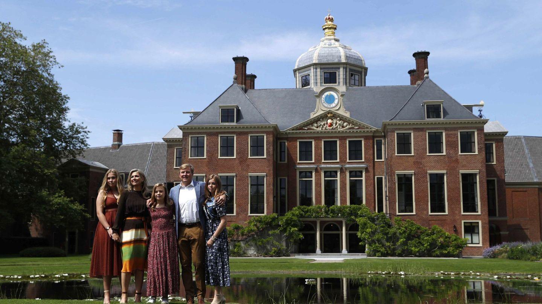 La familia real holandesa, posando en el palacio Huis Ten Bosch. (EFE)