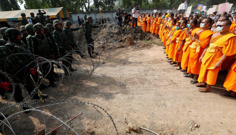 Foto: Monjes budistas ante militares tailandeses durante una protesta en el Templo Dhammakaya, en la provincia de Pathum Thani. (Reuters)