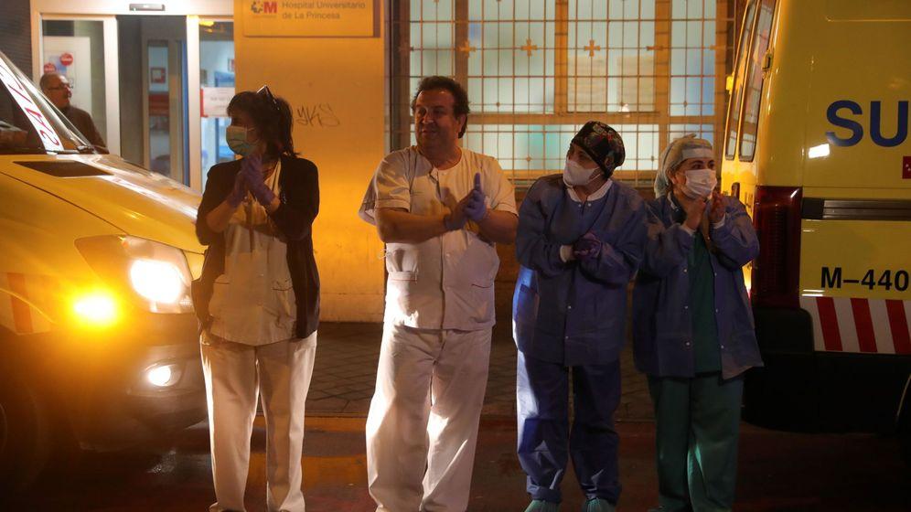 Foto: Los sanitarios del Hospital de La Princesa, en Madrid, aplauden a la Policía Nacional y Policía Local por su labor. (EFE)