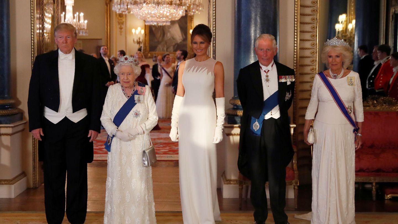 Los Trump con la reina Isabel, el príncipe Carlos y la duquesa de Cornualles en la cena de gala. (Reuters)