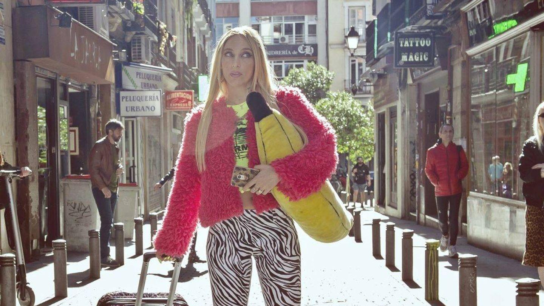 Saida Benzal, llegando a Malasaña en 'Por H o por B'. (HBO España)