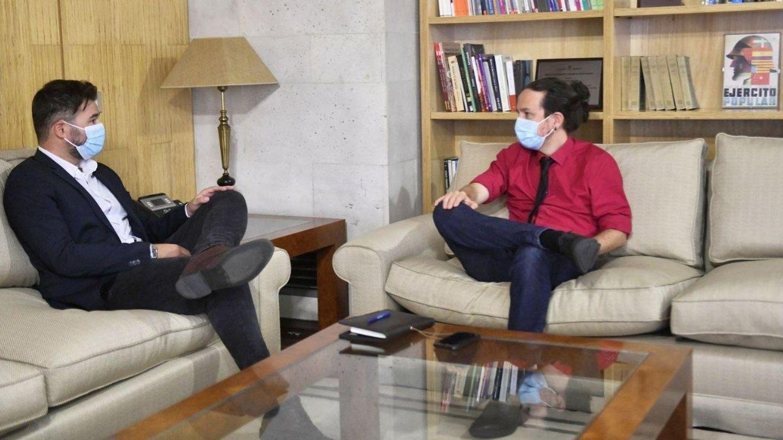 El vicepresidente segundo del Gobierno, Pablo Iglesias (d), y el portavoz de ERC, Gabriel Rufián. (EFE)