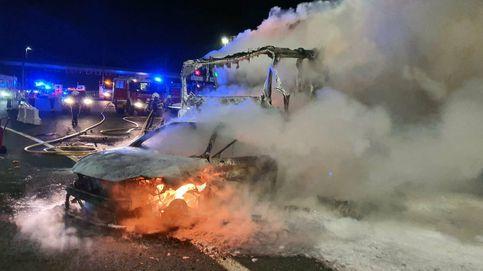 Dos muertos en un aparatoso accidente al arrollar un camión a un coche en un peaje