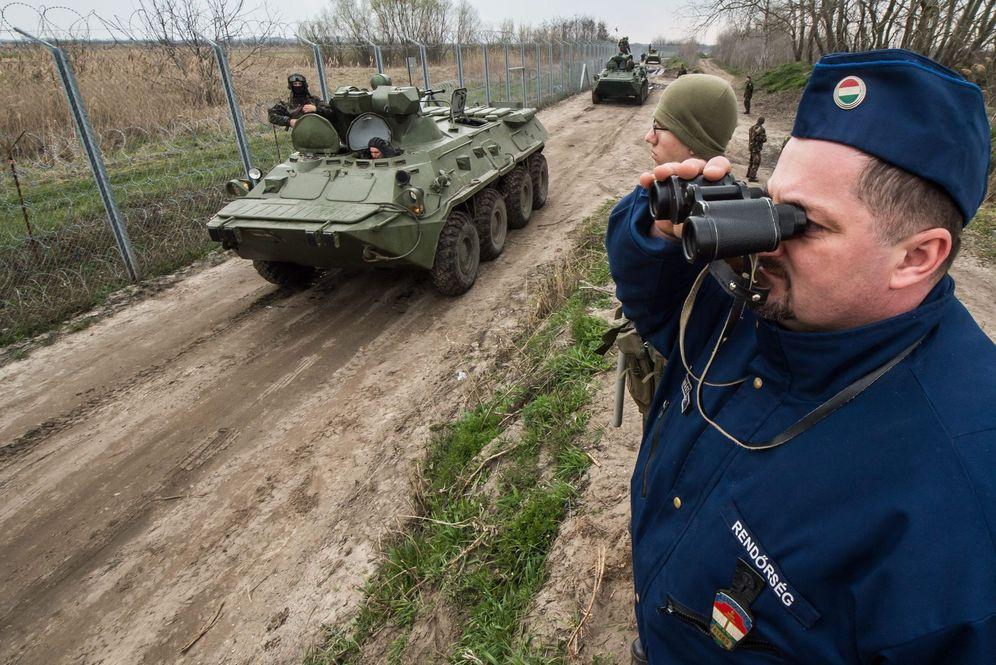 Foto: Eefectivos del Ejército húngaro patrullan la frontera con Serbia, cerca de Roszke. (EFE)