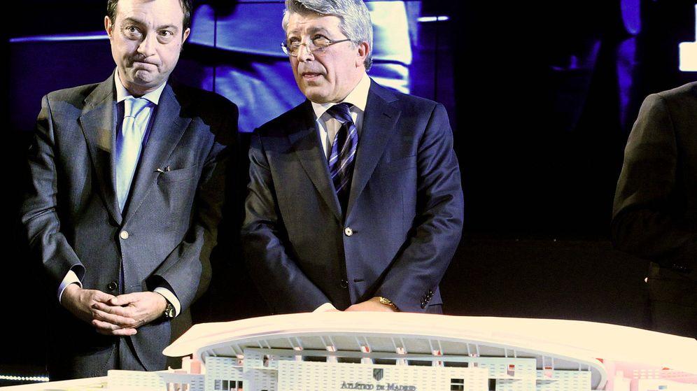 Foto: El presidente del Atlético de Madrid, Enrique Cerezo, con el entonces vicealcalde de Madrid, Manuel Cobo, en la presentación del nuevo estadio del club en 2011.
