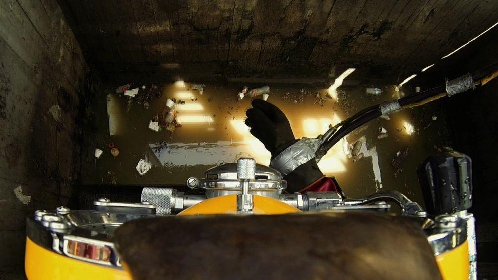 Entre cadáveres: así trabaja el único buzo de aguas negras del mundo