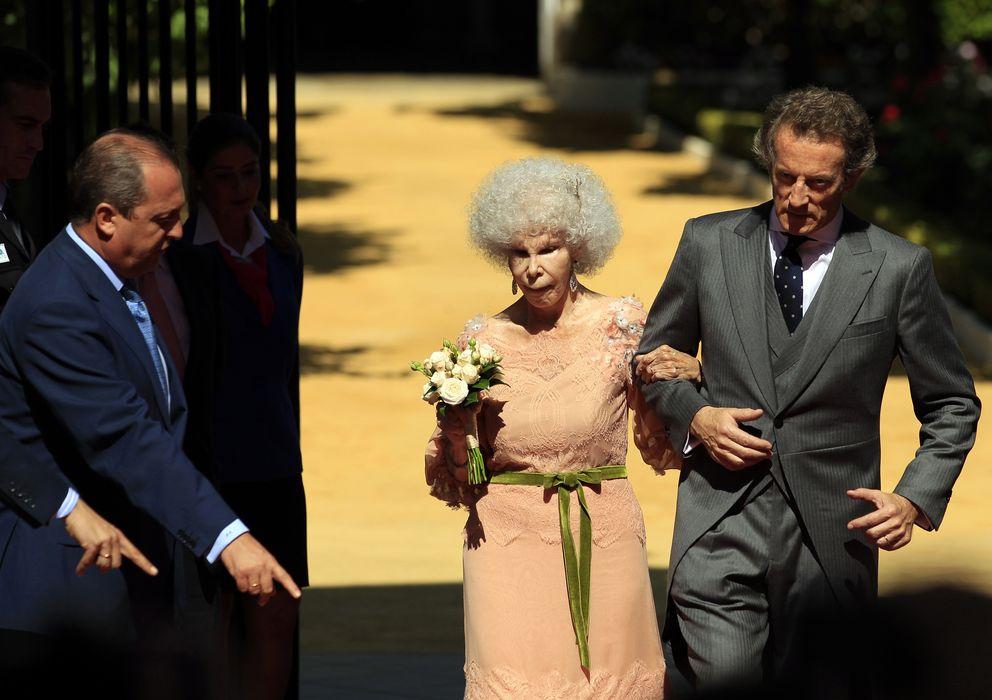 Foto: La duquesa de Alba y Alfonso Díez tras convertirse en marido y mujer el 5 de octubre de 2011 (Reuters)