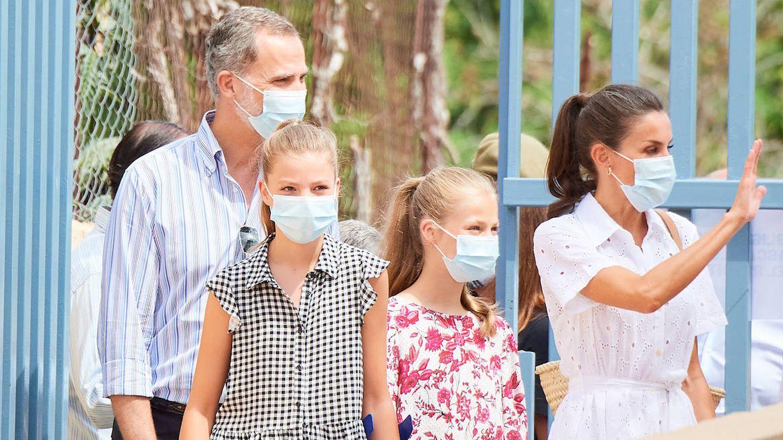 Felipe y Letizia, con sus hijas Leonor y Sofía en Mallorca. (Limited Pictures)