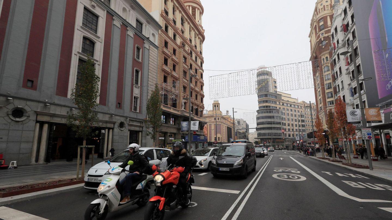 Vista del tráfico en la Gran Vía de Madrid. (EFE)