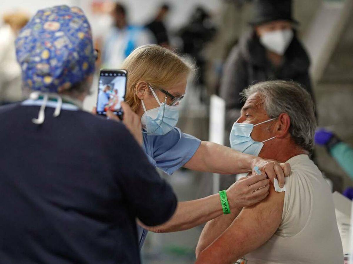 Foto: Vacunación en el Wizink Center (Madrid). (EFE)