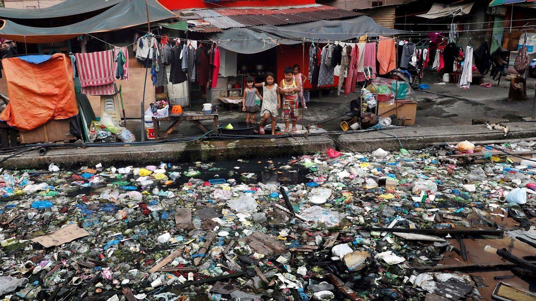 Un grupo de niños junto a un canal repleto de basura en Manila (FIlipinas) (EFE)