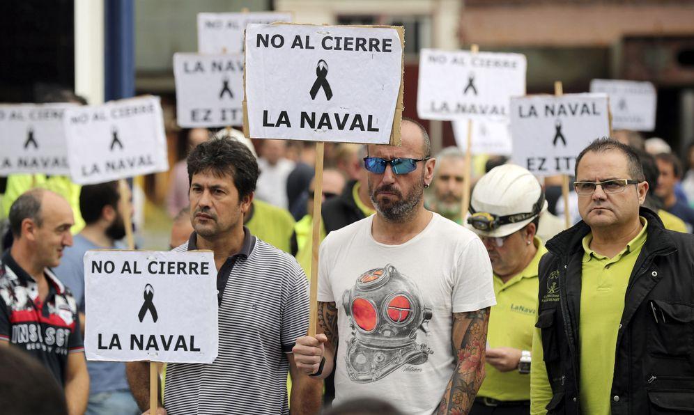 Foto: Trabajadores del astillero se concentran en protesta por el cierre de La Naval. (EFE)