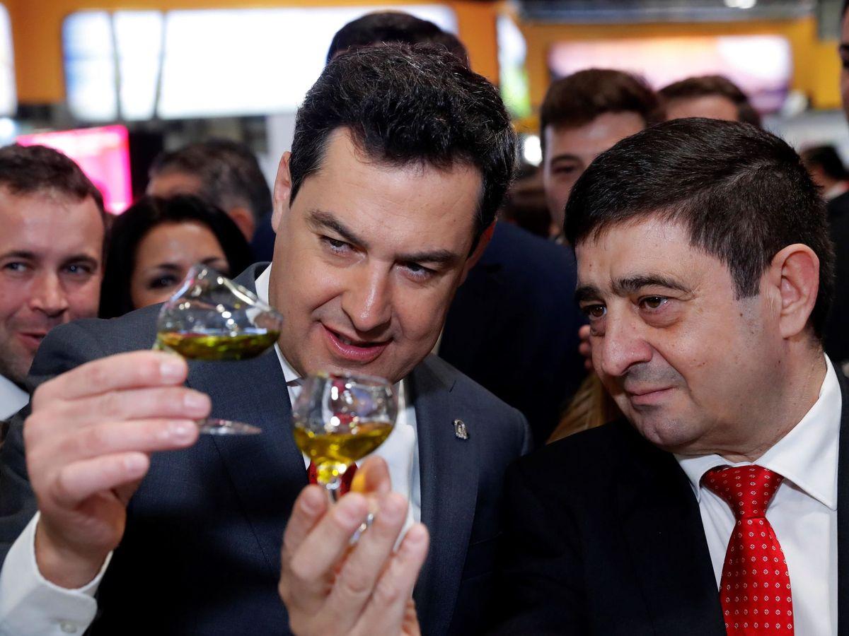 Foto: El presidente andaluz, Juanma Moreno, con el presidente de la Diputación de Jaén, el socialista Paco Reyes, el pasado 22 de enero en Fitur, en Madrid. (EFE)