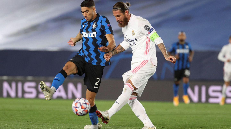 Achraf disputa un balón al que fuera su capitán, Sergio Ramos. (EFE)