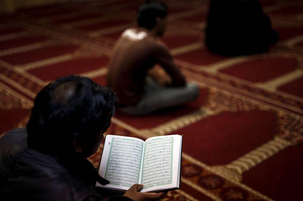 Foto: Un musulmán residente en Grecia lee el Corán antes de la oración del viernes en una mezquita no oficial en Atenas, en febrero de 2017. (Reuters)