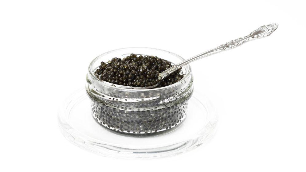 Foto: Caviar negro servido con cuchara de plata. (iStock)