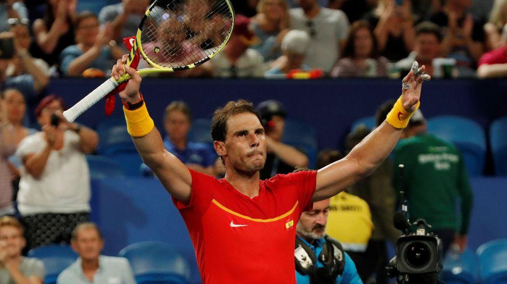 Foto: Rafa Nadal saluda tras vencer a Pablo Cuevas en la ATP Cup. (Reuters)