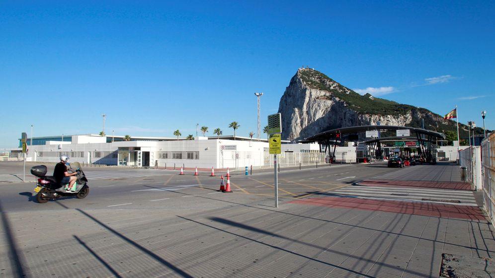 Foto: La Línea de la Concepción, Cádiz, con la verja del Peñón de Gibraltar. (EFE)