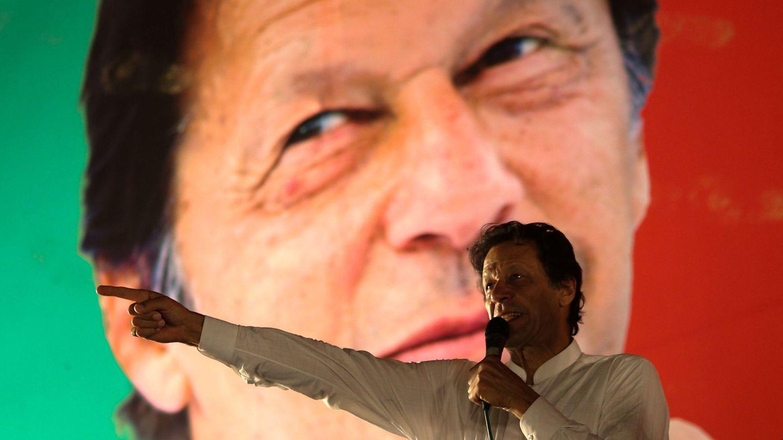 Imran Khan, líder del PTI, habla durante un mítin frente a una proyección de su propio rostro, en Islamabad, el 21 de julio de 2018. (Reuters)