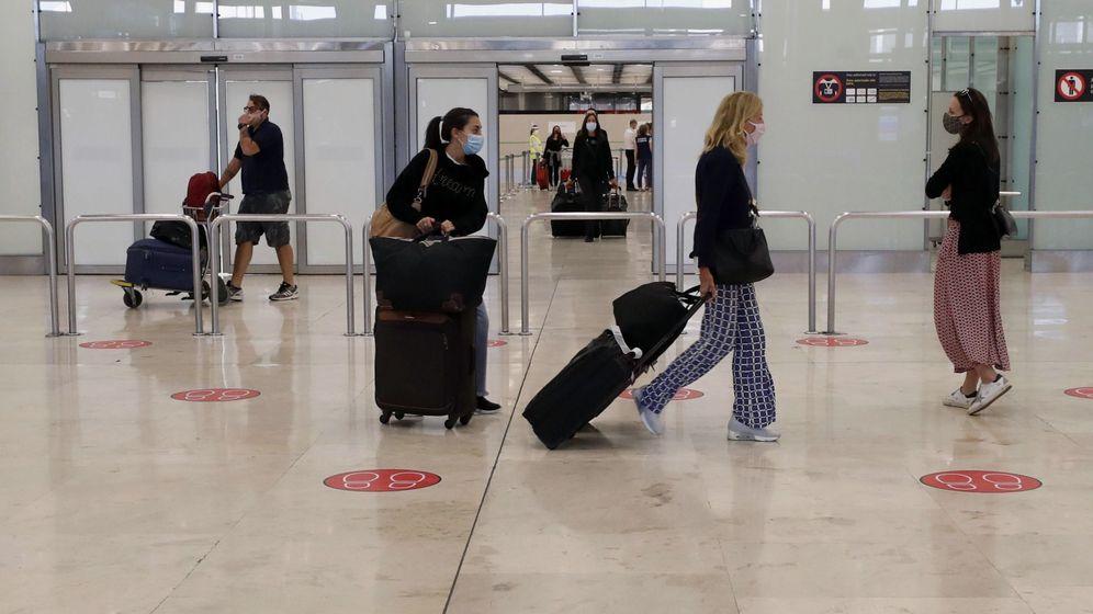 Foto: specto que presenta la zona de llegadas de la Terminal 4 del Aeropuerto de Madrid-Barajas Adolfo Suárez (EFE)