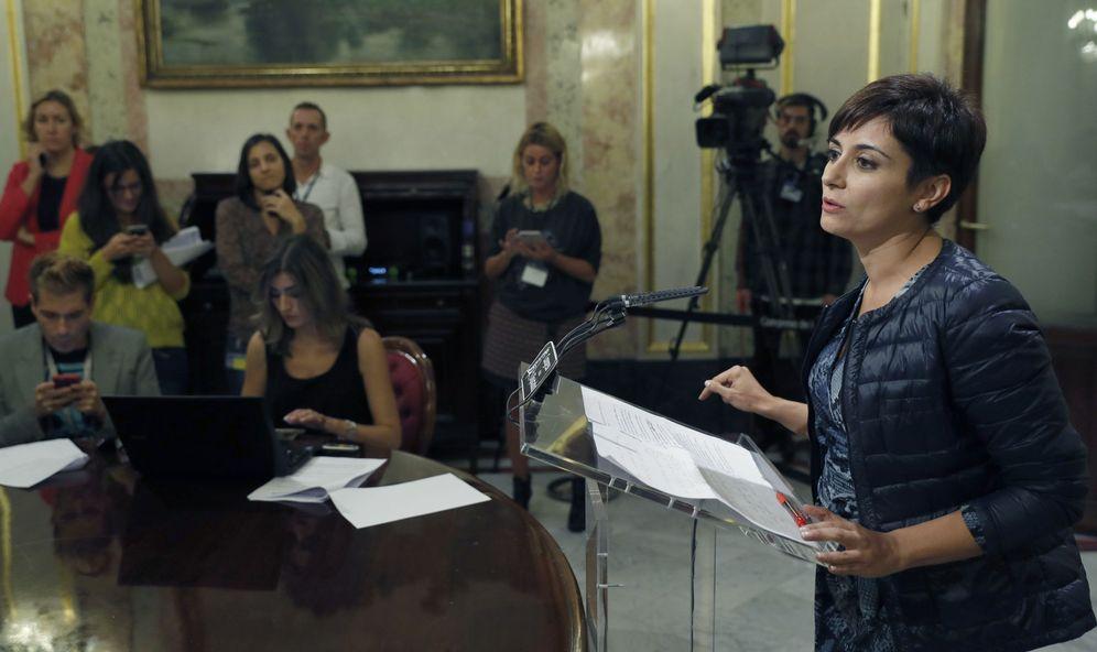 Foto: Isabel Rodríguez, portavoz adjunta del Grupo Socialista, en los pasillos del Congreso tras el discurso de investidura de Mariano Rajoy, este 26 de octubre. (EFE)