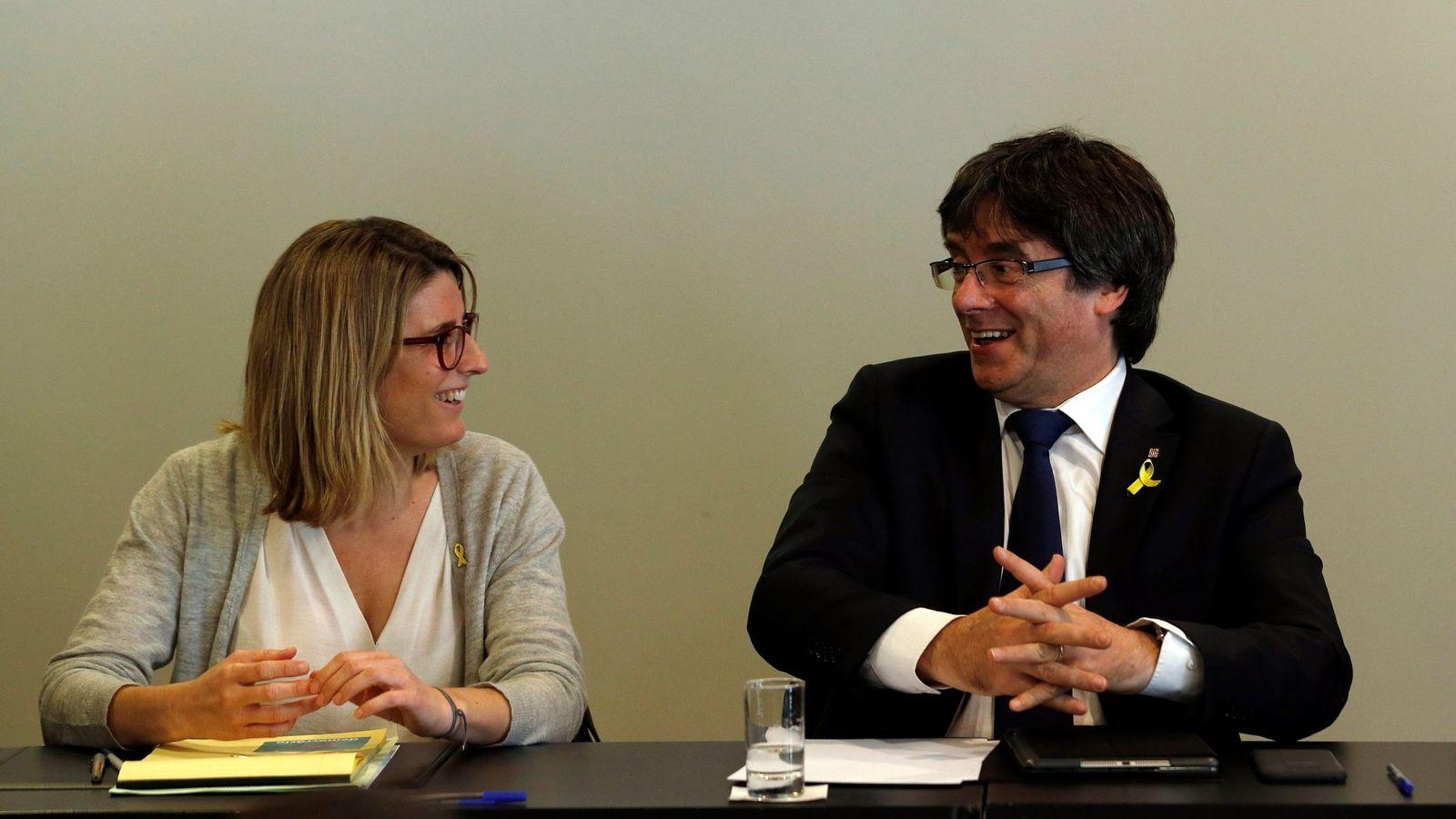 Foto: Carles Puigdemont (d) charla con la portavoz de Junts per Catalunya, Elsa Artadi, en una reunión en Berlín hace dos semanas. (EFE)