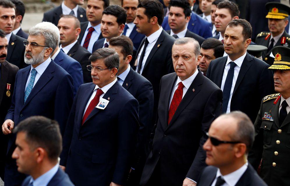 Foto: El Primer Ministro Ahmet Davutoglu junto al Presidente Recep Tayyip Erdogan, durante un funeral de un soldado abatido por la guerrilla kurda, en febrero de 2016 (Reuters)