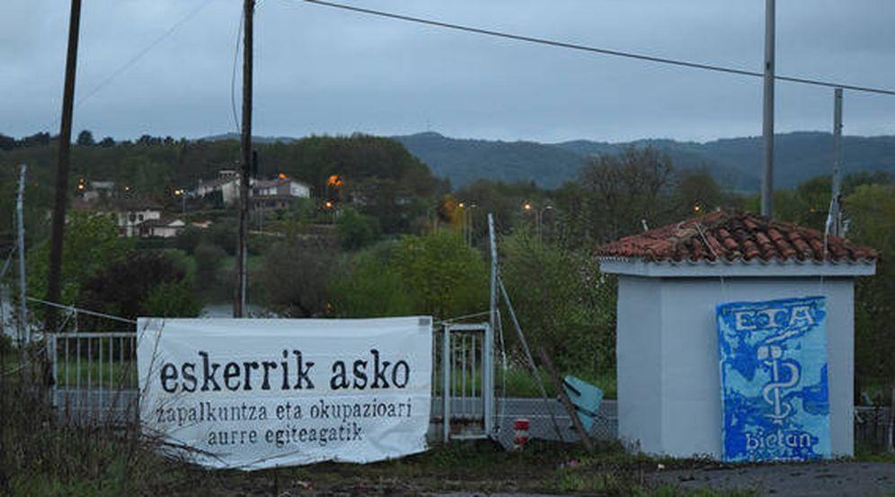 Foto: Pancarta de agradecimiento a ETA en los terrenos de la antigua casa cuartel de Legutiano (Álava), contra la que atentó la banda terrorista en 2008 matando al agente Juan Manuel Piñuel. (EC)