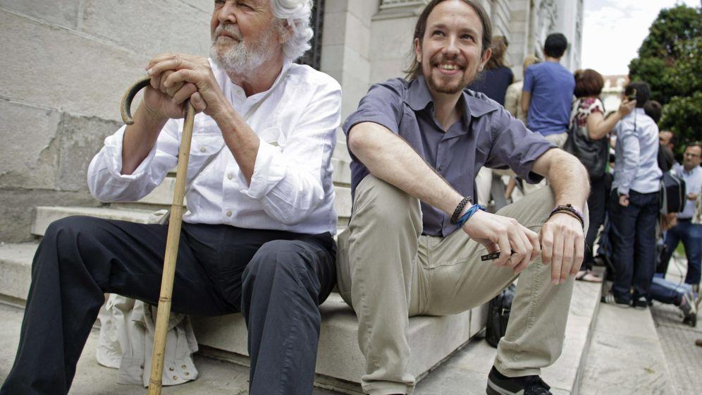 Foto: El líder de Podemos, Pablo Iglesias y Xosé Manuel Beiras, tras un encuentro celebrado en 2015 en A Coruña para acordar las bases de la confluencia gallega. (EFE)