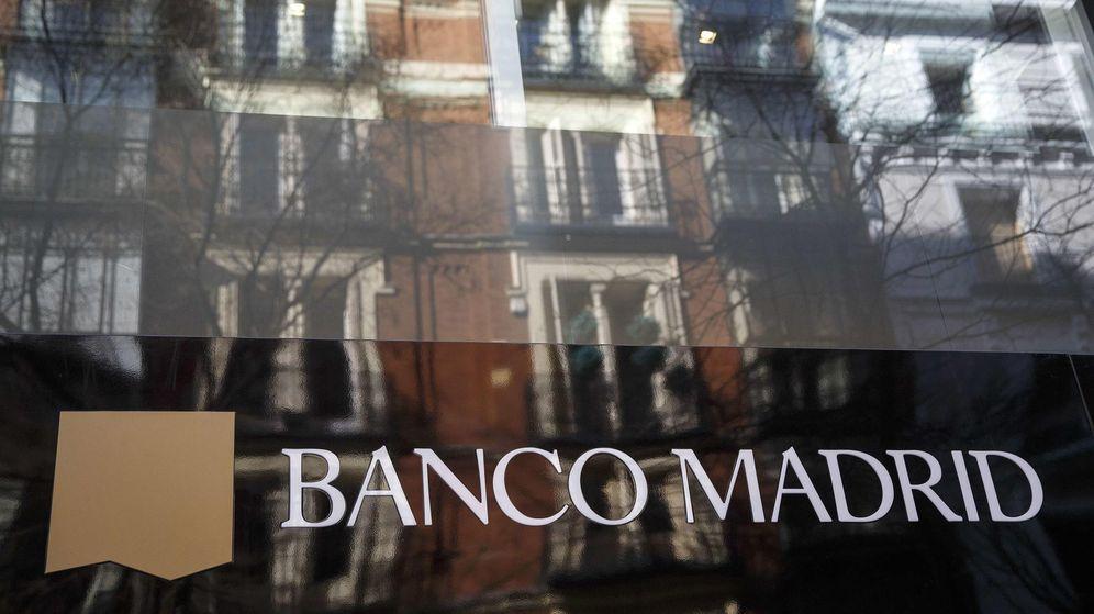 Foto: Fachada de una oficina de Banco Madrid después del cierre. (Reuters)