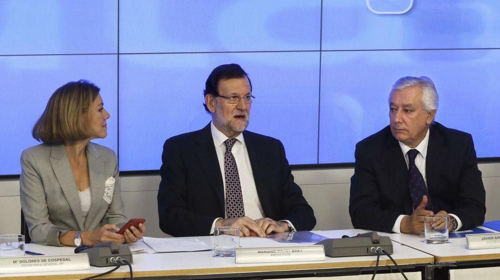 Foto: El presidente del PP, Mariano Rajoy (c), acompañado de la secretaria general, María Dolores de Cospedal (i) y Javier Arenas. (EFE)
