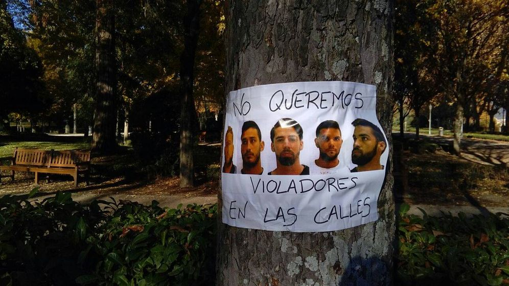 Foto: Cartel en Pamplona con los rostros de los cinco integrantes de La Manada junto al lema No queremos violadores en las calles. (EC)