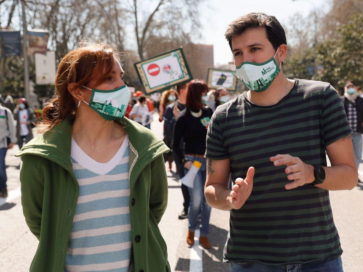 Foto: Mónica García y Pablo Gómez Perpinyà, de Más Madrid. (EFE)