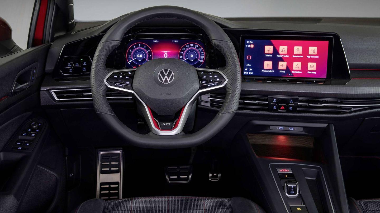 Interior tecnológico y muy deportivo con sus dos grandes pantallas.